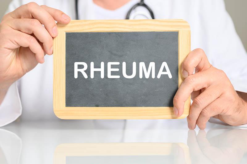 Arzt mit einer Tafel RHEUMA